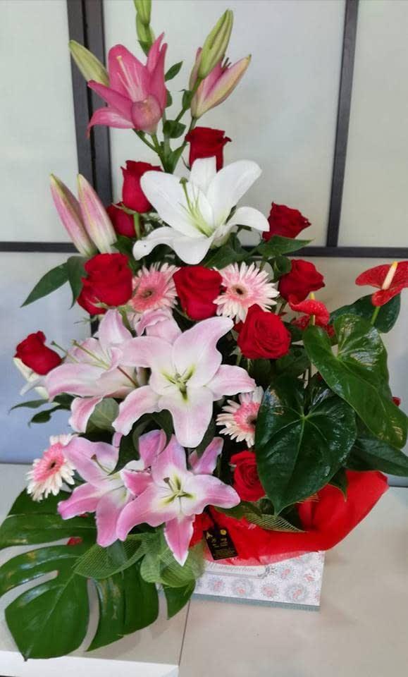 Centro De Flor Natural En Caja Guzmy Floristasdecoración Floresrosasramos De Floresmontornès