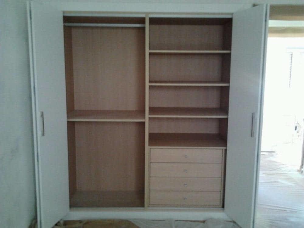 Interior armario empotrado con colgadores baldas y cajonera armarios empotrados en bilbao - Cajonera armario empotrado ...